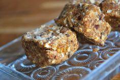 Havrerutor 100 gram färska dadlar 20 gram kokosolja 1 dl havregryn 2 msk riven kokos ev. 2 krm kanel ev. russin/mullbär eller liknande ev. lite grovhackad choklad