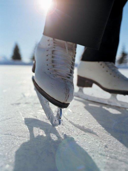 kunstschaatsen met geiten wollen sokken erin, waar de sneeuw weer aan bleef plakken