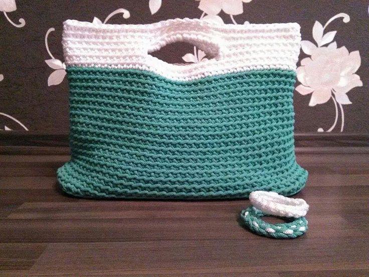 Borsa verde e bianca in cordoncino.  Realizzata con uncinetto n. 8  Bracciali sempre in cordoncino da abbinare con la borsa.