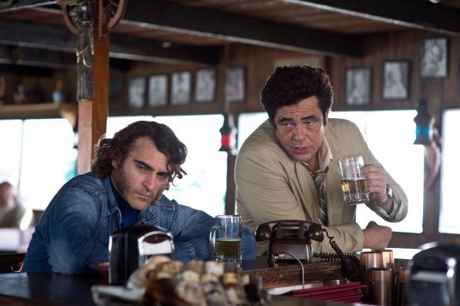 #JoaquinPhoenix e #BenicioDelToro in #VizioDiForma di #PaulThomasAnderson dal 26 febbraio al cinema.