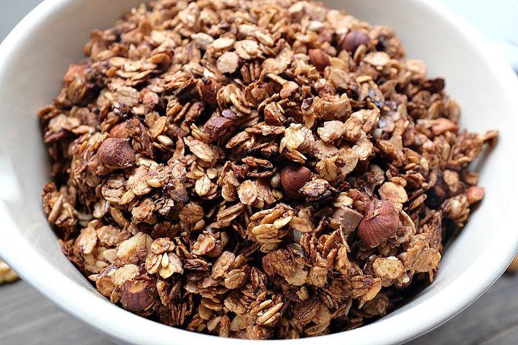 Mein Rezept für Schokoladen-Nuss-Granola ist super easy und enthält dazu noch eine gesunde Menge Zutaten für eine super Start in den Tag.