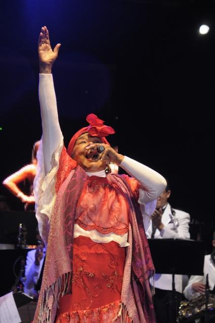 """Totó cerró el desfile inaugural del Festival Iberoamericano de Teatro con broche de oro. Un """"Negrita veeeen prende la vela"""" y que ¡viva el festival! Foto: Natalia Gómez C. / EL TIEMPO"""