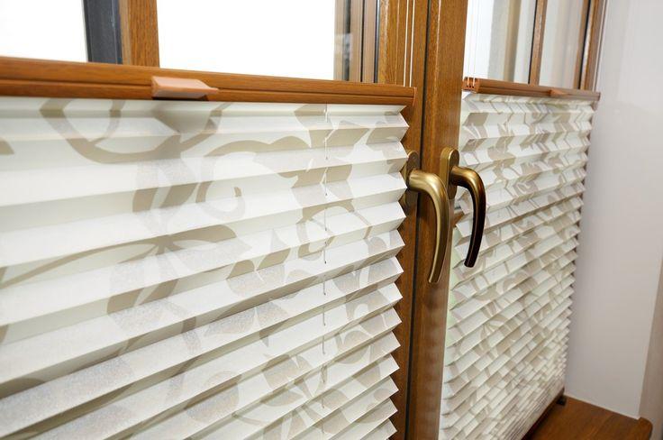 Plisy okienne o typowym kształcie. Nowoczesna i prosta przesłona do każdego okna.