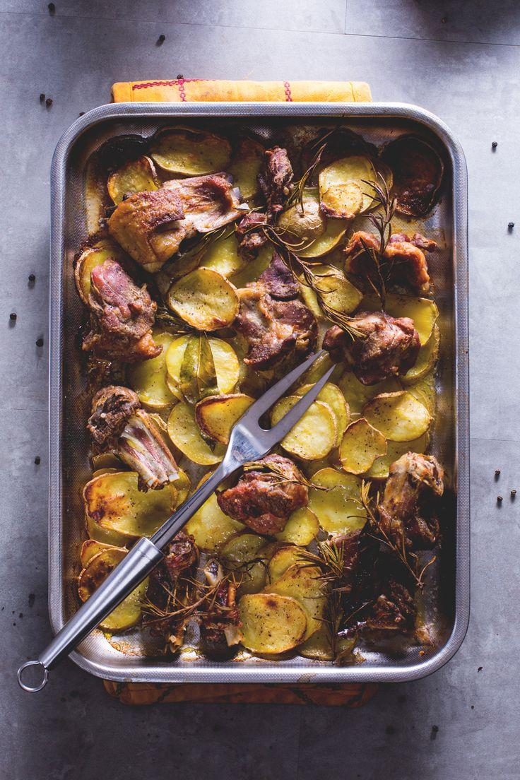Capretto al forno con patate: un secondo piatto ricco e gustoso, tipico della tradizione Pasquale!  [Baked goat and potatoes]