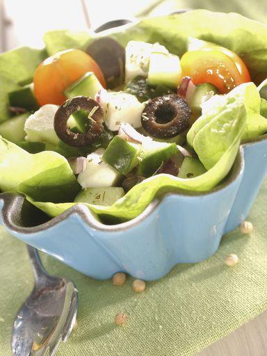 concombre, citron, oignon rose, origan, tomate, baies rose, sel, olive noire, gros sel, feta
