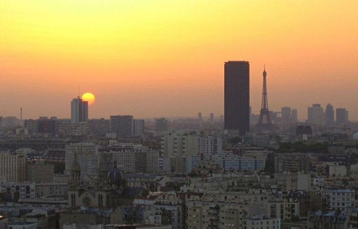 Paris, ville lumière / Rien ne vaut le spectacle des derniers rayons effleurant les toits de Paris et le soleil illuminant la Tour Eiffel et la Tour Montparnasse.  ©  Thomas Roulleau