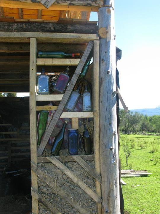 Ventana de botellas + barro. Construcción Natural en Mallín Ahogado, Patagonia.