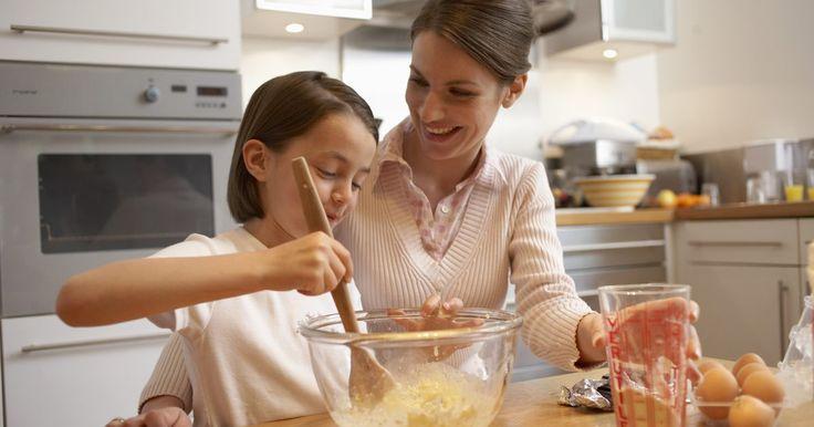 ¿Cómo cocinar un pastel en una fuente de vidrio?. Las bandejas de cocina y fuentes para horno de vidrio son una alternativa atractiva a las cacerolas de metal. A diferencia de los metales como aluminio y cacerolas para horno recubiertas con capas antiadherentes, el vidrio no agrega nada antinatural a la comida durante la cocción. Para hacer pasteles, las bandejas de vidrio funcionan bien para ...
