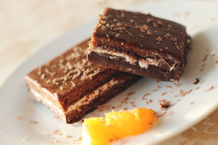 Czekoladowego ciasta nigdy nie za wiele! Przełóż czekoladowy biszkopt łamiącym smak dżemem (np. żurawinowym, malinowym, cytrynowym, limonkowym, miętowym), a wierzch pokryj błyszczącą polewą z gorzkiej czekolady. Dla odważnych - dodaj odrobinę papryczki chili! #ciasto #finuu #czekolada #brownie #chocolate #cake #inspiracje #foodinspiration #cakes #deser #przepis #urodziny #browniecake #masło #butter