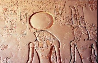 """태양의 신 라 """"Ra""""  고대 이집트의 태양신이다.  바다 누에서 태어났으며 최초의 우주를 만들고 신과 인간을 지배했고 나중에는 세계를 창조하게 된다. 태양 그 자체를 의미한다. 왕의 칭호에도 """"라의 아들""""이라는 이름을 쓰게 된다. 중왕국시대 이후부터는 테베의 아몬신과 합쳐지가 된다 그래서 아몬 라가 된다. 아몬 라는 절대적 권위를 떨치며 절대적인 신이 되었다. 낮에는 배를타도 하늘을 돌아다니고 밤에는 여신의 몸을 거쳐 이튿날 아침 재생한다고 믿어진다. 돌로 만들어진 오벨리스크 형태로 주로 숭배된다. 독사에 감긴 태양 원반을 머리에 인 남자, 양의 머리를 가진 남자, 또는 성사로 장식된 원반을 머리에 이고 있는 매의 머리를 가진 남자 등의 모습으로 표현된다. 케프리는 아침의 태양신이고 아툼은 저녁의 태양신이다. 피라미드나 오벨리스크도 태양 신앙의 한 형태로 볼 수 있다. 매의 머리를 한 인간의 모습으로 코브라가 둘러 싼 태양 원반을 쓰고 있는 Ra."""