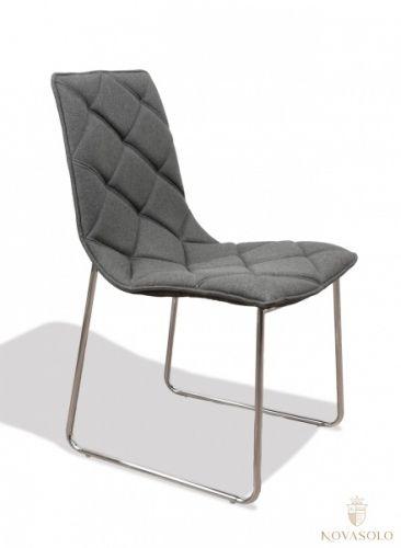 Tøff og moderne Leandro designstol i ull! Denne stoler kombinerer design og komfort og passer perfekt inn i et moderne interiør! Mål:Bredde 47 cmDybde 61 cmHøyde 88 cmSittehøyde ca 47 cm Farge:Grå Materiale:Ull og krom understell.