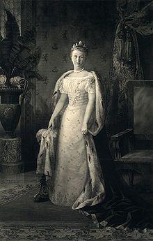 Wilhelmina met koningsmantel.