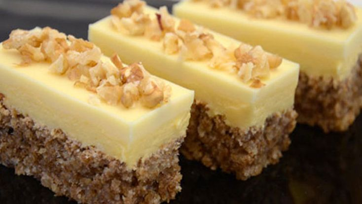 Ingrediente pentru blat: – 6 albusuri de ou – 250 g de zahăr – 250g de nuci macinate – 2 linguri făină Ingrediente pentru cremă: – 6 gălbenușuri de ou