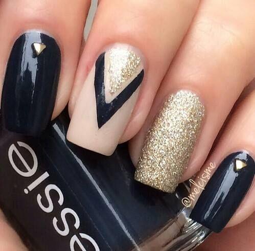 Echa un vistazo a la mejor uñas con decorados en las fotos de abajo y obtener ideas!!! negro con decoración en pedrería con forma de corazón dorado… nude y triangulo negro y glitter dorado…. gritter dorado