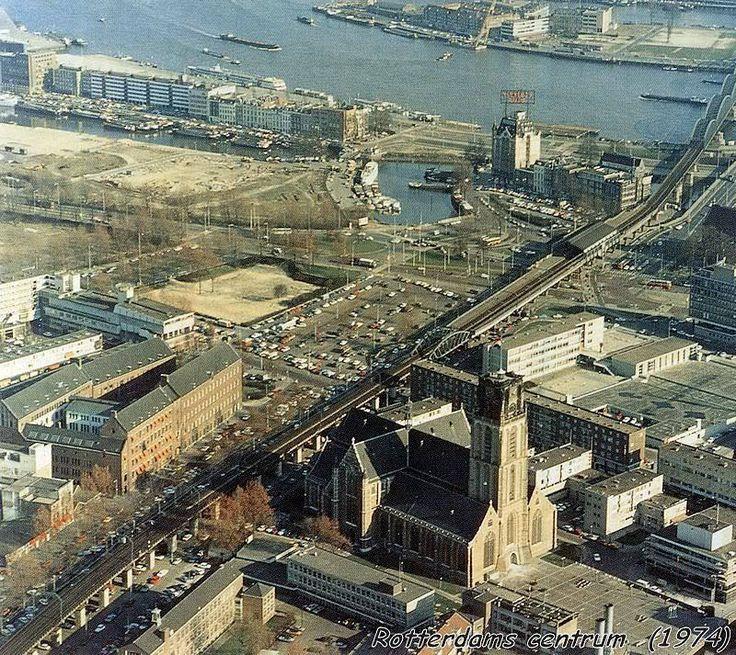 Luchtfoto Rotterdam Centrum uit 1974. Ruim 29 jaar na de WOII is de kaalslag nog steeds te zien. Geen Markthal, Kubuswoningen, Centrale Bibliotheek. Wel nog het oude luchtspoor.