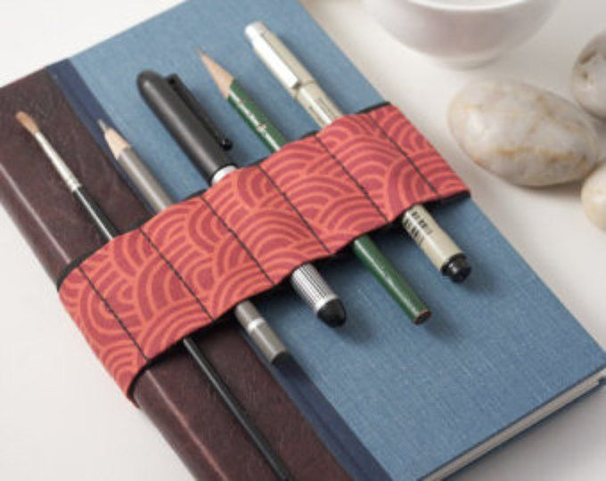 Revista bandolera / / Zen jardín rojo / / (un mejor lápiz caso, sostenedor de la pluma de diario, correa del libro, lazo de la pluma, lápiz roll, bandolera de pluma)