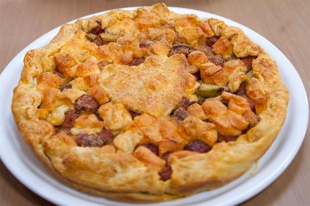 Ανοικτή πίτα με λουκάνικα και πράςα