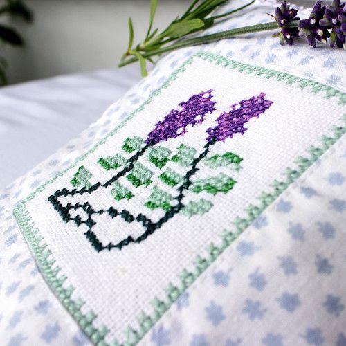 """Plněný květem levandule """"Sladký spánek"""" Pro milovnice romantiky a vintage stylu - polštářek s ruční výšivkou jako z babiččina prádelníku - je i sušenými květy levandule naplněný. http://www.fler.cz/zbozi/plneny-kvetem-levandule-sladky-spanek-7470740"""