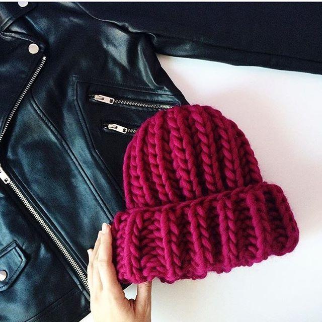 Крутое сочетание объемной шапки из #KeepCalmThisWool #WoolandMania и куртки-косухи ✌️ Фото и работа @lovecardigans