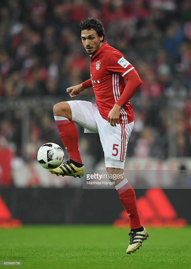 Mats Hummels of Muenchen controls the ball during the Bundesliga match between Bayern Muenchen and Bayer 04 Leverkusen at Allianz Arena on November 26, 2016 in Munich, Germany.