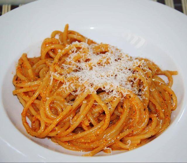 Avui pasta. Espaguetis amb salsa pesto de primentons del piquillo. La recepta a http://ift.tt/2HLpvjP  #benremenat #gastronomia #ebreactiu #recepta #cuina #cuinafacil