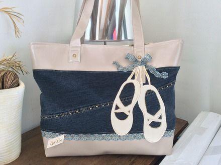 """Sac format cabas ou"""" Tote bag"""" En , simili beige é t jean bleu foncé Sac  d un format de 40x 38environ. Rehaussé de dentelle. Doublure en coton imprimé tissus tahitien  Fe - 18354837"""
