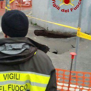 Roma si allarga la voragine all'Appio Latino: nuove verifiche dei pompieri #lavoratori #salari #tasse #roma #stipendo #INPS