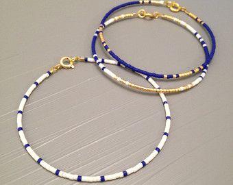 Bracelet de perles minuscules or bracelet or bracelet tous les jours  Cette liste est pour un remplissage or perles Bracelet. Bracelet est fait dun perles Miyuki Delica, finis avec un or fermoirs enfumées. Or rempli le niveau suivant et est une alternative de qualité incroyable, à lor massif. Placage à lor est le plus faible niveau, ces éléments ont tendance à ternir et peut souvent tourner la peau verte. Or rempli est une véritable couche dor-pression liée à un autre métal  Sil vous plaît…