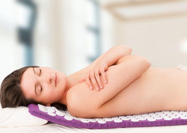 Accordez-vous un moment bien-être unique grâce à ce tapis d'acupuncture. Pourvu de 210 fleurs d'aiguilles de 42 pointes chacune en plastique, il stimule différents points de votre corps et active la circulation sanguine, comme l'acupuncture : vous ressentez une sensation de chaleur immédiate ! Avec ce tapis, vous détendez votre dos douloureux, mais aussi d'autres parties du corps comme les cuisses, les épaules ou les pieds. Relaxation garantie ! Prix 28€, sur www.maboutiquetopsante.com.
