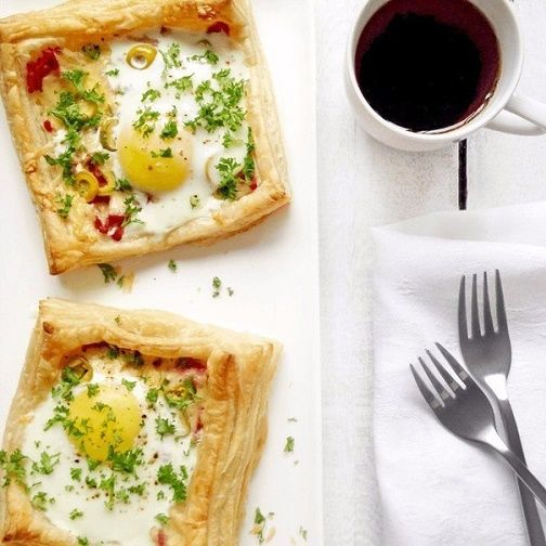 Puff with egg, ham and cheese
