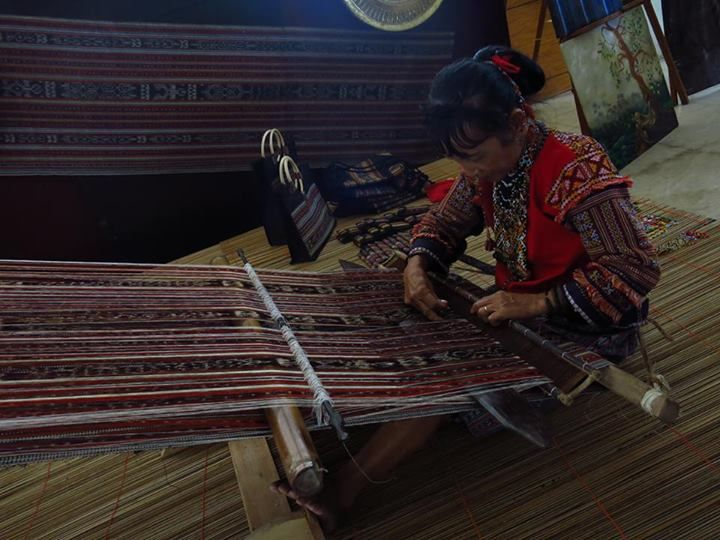 Dagmay weaving at the lobby