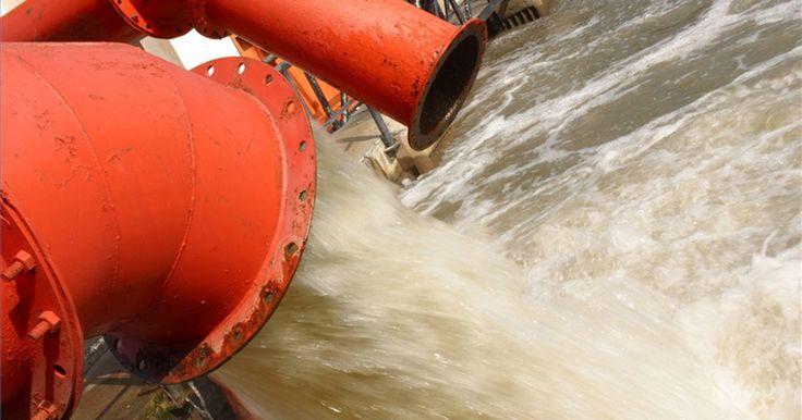 Cómo prevenir la contaminación del agua. Todos podemos prevenir la contaminación del agua. Existen leyes que regulan la contaminación por parte de las industrias, pero muchas de nuestras actividades diarias contribuyen al problema. Estas actividades pueden causar que agentes contaminantes se desparramen en las alcantarillas y desde allí alcancen lagunas, ríos, arroyos y océanos.