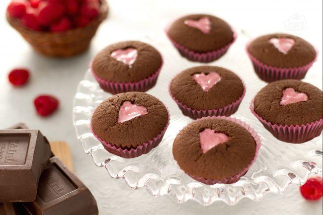 I cupcakes al cioccolato con cuore rosa sono dei romantici cupcake al cioccolato farciti con un goloso cuore alla fragola.