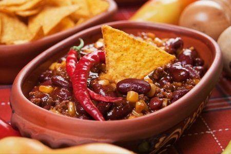Prepariamo una ricetta speciale. Per gli amanti del peperoncino ecco la zuppa di fagioli alla messicana...
