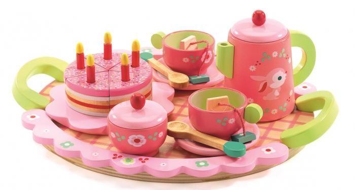 La fiesta de Lili Rose;  ¿Quieres invitar a tus mejores amigas a tomar el té? Antes de tu fiesta de cumpleaños, mamá te ha preparado una tarta para que invites a tus mejores amigas a tomar el té. Tenéis que hablar de los juegos que haréis en la fiesta. Con este encantador juego de té de madera, se quedarán boquiabiertas... En   http://www.opirata.com/fiesta-lili-rose-p-28639.html