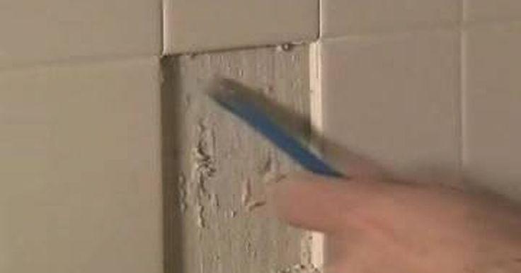 Como preparar as paredes do banheiro depois de remover azulejos. Remover azulejos da parede do banheiro pode ser um processo trabalhoso e confuso, e o trabalho não acaba depois da remoção. Restos de adesivo e outras marcas provavelmente ficarão na parede. Então, antes de colocar novos azulejos, uma nova pintura ou um papel de parede, será necessário reparar e alisar as paredes.