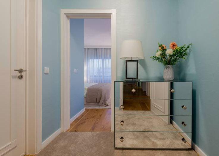 Oggi vi portiamo a visitare una splendida casa a Lisbona, ma questa volta non troverete interni minimalisti e dai richiami scandinavi, niente pareti lavagna in cucina o grigio antracite in soggiorno, ma caldi ambienti ricchi di dettagli, in uno stile piacevolmente classico e senza tempo.