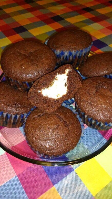 Muffins de chocolate rellenos de queso