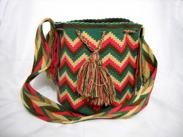 Bolsos Wayuu Para los Wayuu el saber tejer es símbolo de juicio, creatividad, inteligencia y sabiduría. Fue enseñado por Wale ´kerü, la araña. Las Kanas, figuras geométricas que distinguen a la tejeduría textil wayuu, representan el entorno material y la cosmogonía. www.medellintrip.com
