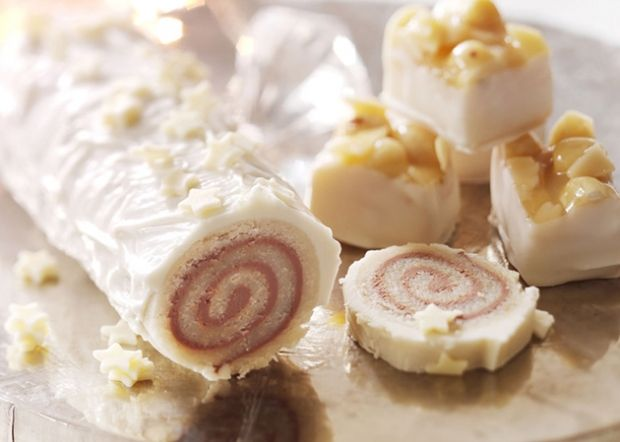 Marcipanroulade er en konfektklassiker, som kun består af få ingredienser. Få her opskriften på hjemmelavet marcipanroulade med god chokolade, cremet nougat og sød marcipan!