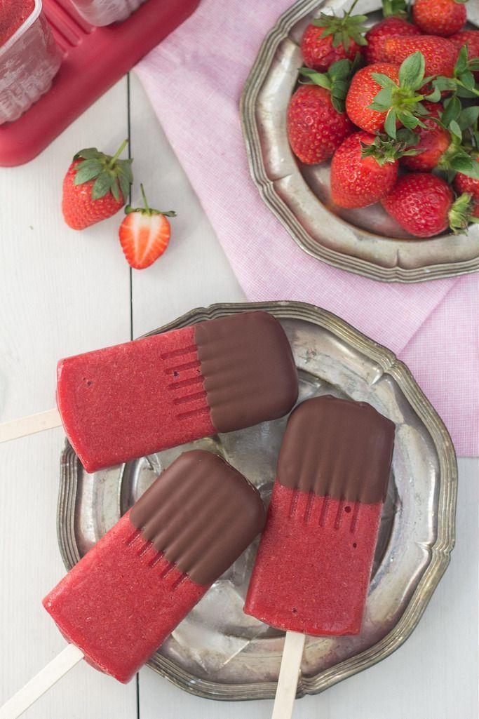 Opskrift på hjemmelavede sunde ispinde med jordbær og mørk chokolade