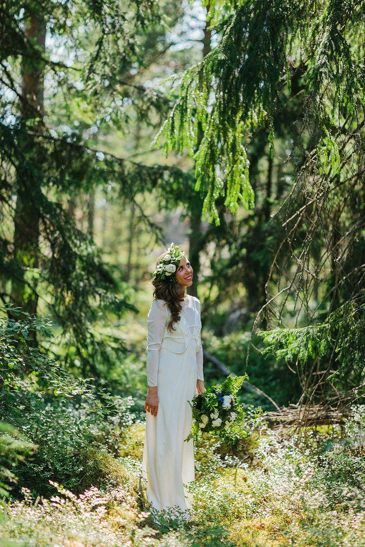 Soligt och färgglatt skogsbröllop: Outi och Masa — Sisters in Law…