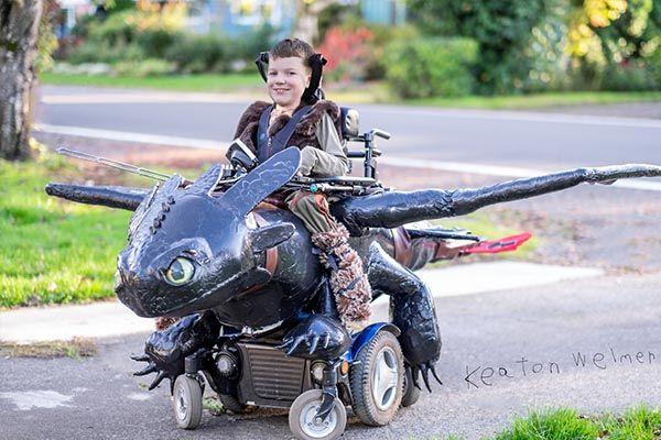 L'organisation à but non lucratif de R. et L. Weimer élabore des habillages de fauteuils roulants pour réaliser le rêve d'Halloween d'enfants handicapés.