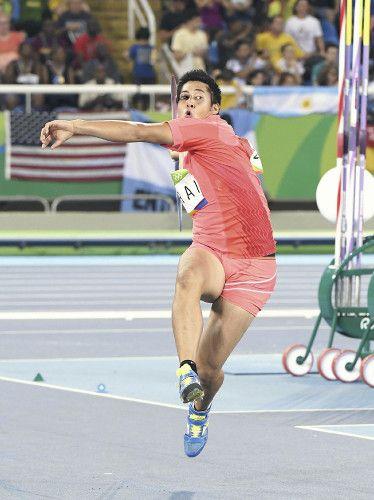 男子やり投げ予選、1投目で84メートル16を投げ、決勝に進出した新井涼平(17日、ブラジル・リオデジャネイロで)=代表撮影