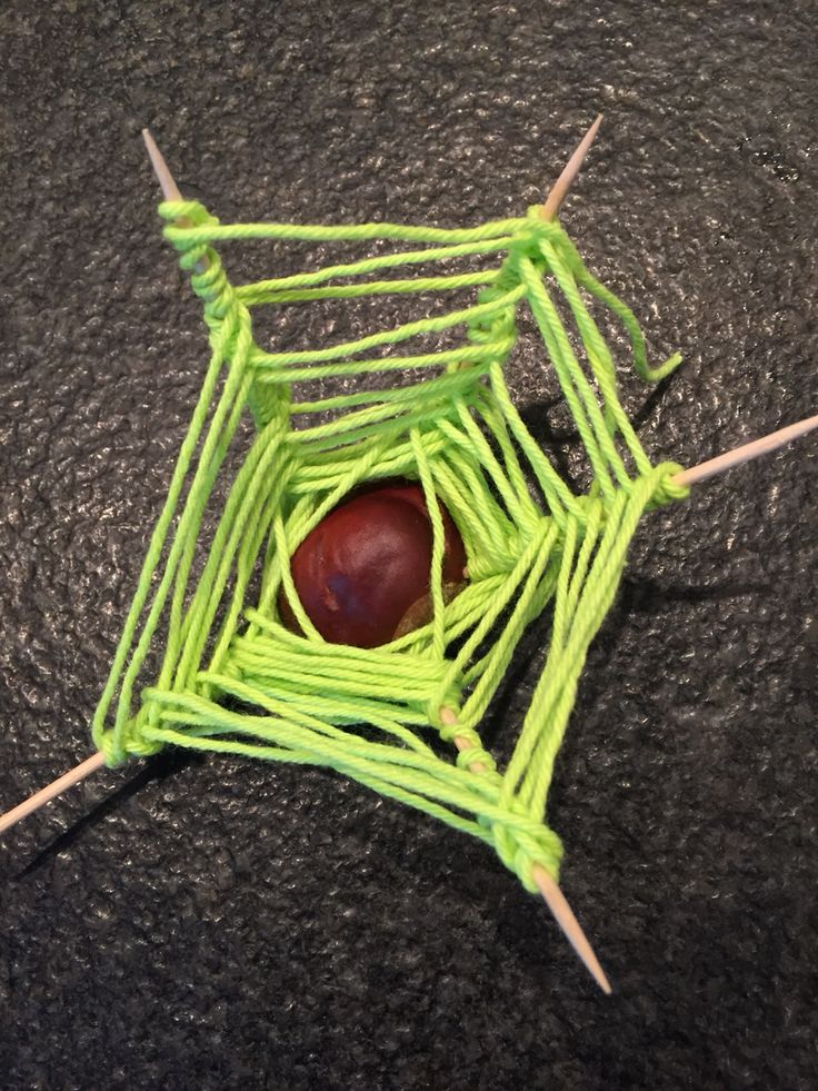 Spinnenweb van kastanje, prikkers en draad.