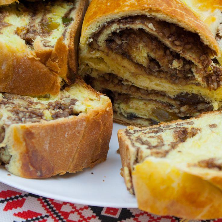 Astăzi vă vom uimi cu cel mai delicios cozonac care nu necesită frământare. Da, ați înțeles bine acest cozonac este special însăși prin procesul de preparare, bineînțeles este și mai ușor de gătit. Acest desert