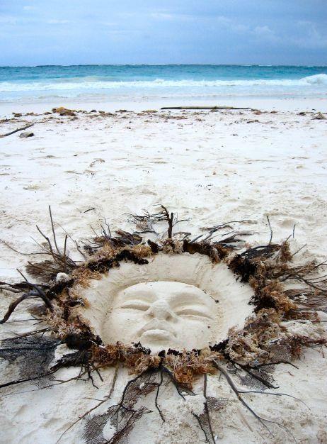 Idée : visage de déesse au milieu d'un cercle de coquillages ou algues séchées. A faire en utilisant un masque blanc recouvert de colle et de sable.