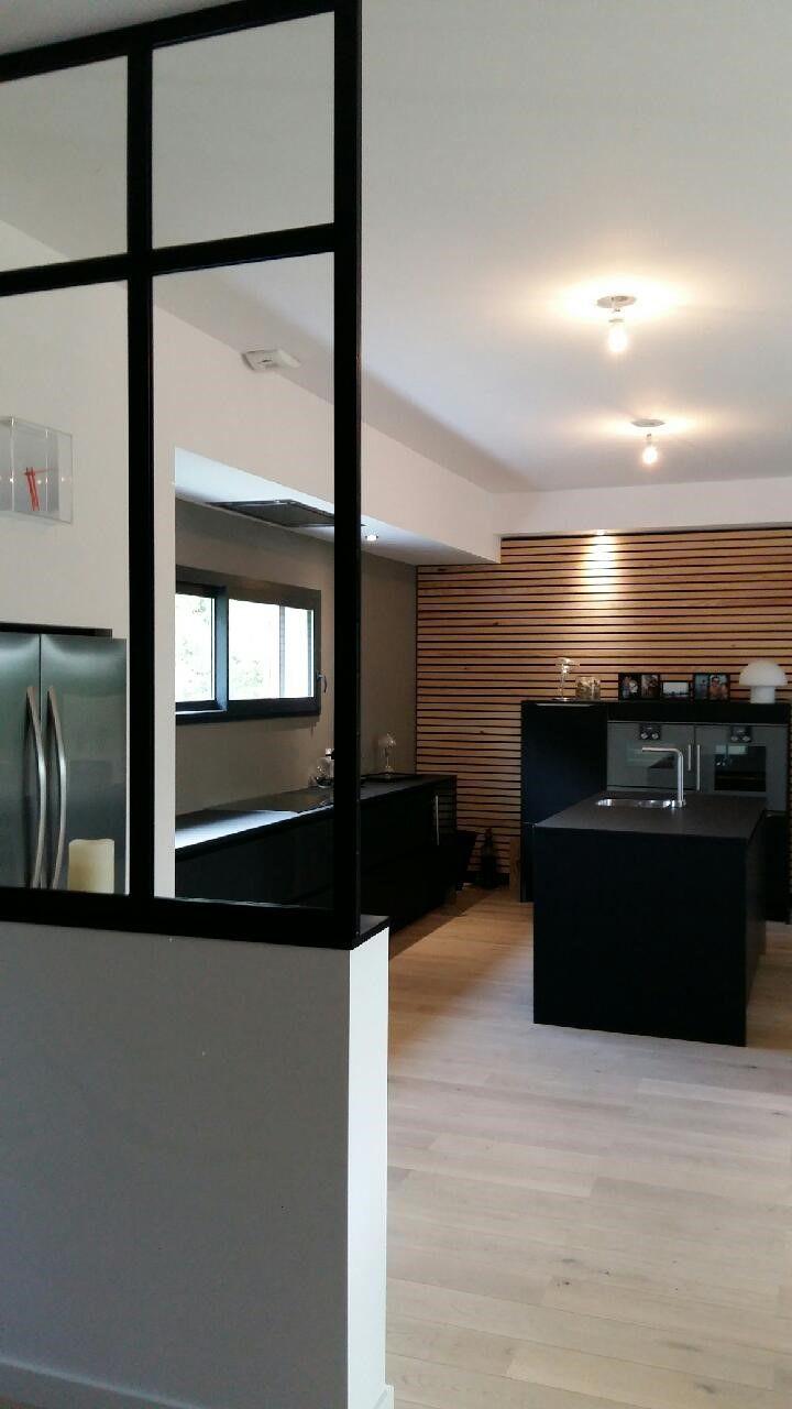 Esprit loft pour cette cuisine en stratifié noir mat réalisée par le magasin Arthur Bonnet de Montauban