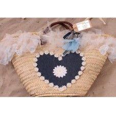 Deze exclusieve rieten strandtas in Ibiza style is bekleed met witte roesjes, lichtblauwe veertjes en een hart van spijkerstof afgezet met een witte bloemen bies en een gerbra op de voorkant van de tas. De achterkant van de tas is versierd met een groot wit gehaakte bloem.  Van elk exemplaar is er maar één gemaakt!