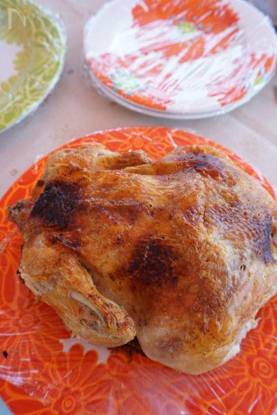 アウトドアの王道料理  鶏肉1羽を丸ごとダッチーオーブンで焼きます。  お家なら普通にオーブンでも作れますよ。